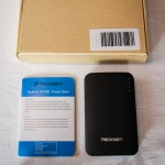 Packaging external powerbank IEP390 TeckNet 9000mAh with USB / micro USB connectors / adapters and manual cable.